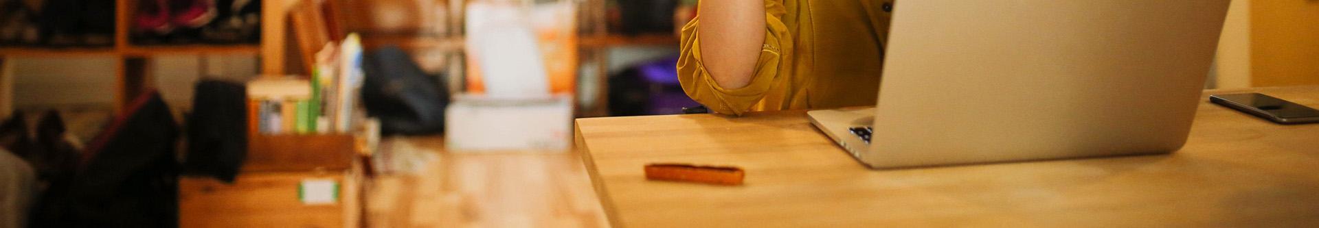 Laptop na drewnianym blacie